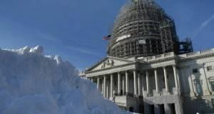 A pesar de que ya pasaron más de 48 horas desde que dejara de nevar, las acumulaciones persisten en las aceras, donde alcanzó récords históricos de más de 68 centímetros en las dos principales metrópolis afectadas, Nueva York y Washington.