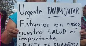 Amas de casa exigen la pavimentación de la calle en Casas Blancas.