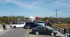 """Productores de sorgo bloquearon la carretera Victoria-Matamoros, a la altura del puente """"La Barrera"""", en San Fernando."""