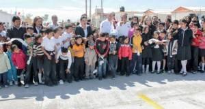 """Las familias, comunidad educativa y el alcalde Pepe Elías Leal inauguran la pavimentación, de la calle """"Pachuca""""."""
