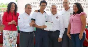 El Alcalde Gustavo Torres Salinas encabezó la entrega de becas y estímulos educativos, en Tampico.