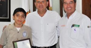 El alcalde Pablo Alberto González con el alumno Alan Didier Reyes.