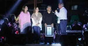 El alcalde Pepe Elías, acompañado de la presidenta del DIF Municipal, señora Elvira Mendoza de Elías entregó reconocimiento a Fato.