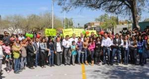"""Ciudadanos, familias, comunidades escolares y Pepe Elías Leal cortan el listón inaugural de la calle """"Plata"""", en la colonia Arcoíris."""