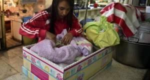 Las Cunas de Cartón permitirán reducir la muerte de recién nacidos, asegura Salud.