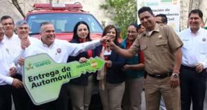 El alcalde de Tampico, Gustavo Torres en la entrega de los vehículos a Protección Civil y Bomberos.