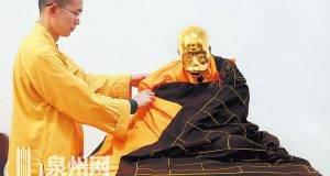 Un venerado monje chino ha sido momificado y cubierto en una hoja de oro.