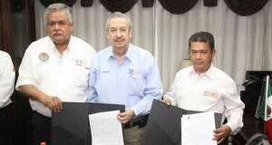 El Rector Enrique Etienne con representantes del SUTUAT, tras la firma del contrato colectivo para el presente año.