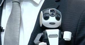 Se llama 'Robohon', es un robot de bolsillo entre cuyas funciones se encuentran la de caminar o bailar, y que además sirve de teléfono inteligente.