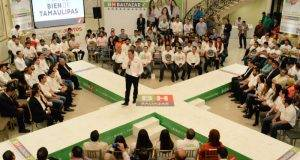Baltazar Hinojosa en su encuentro con jóvenes estudiantes de Tamaulipas en Nuevo León.