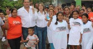 Mónica Dávila y Gustavo Cárdenas, en su visita al Ejido Otilio Montaño.