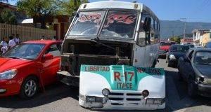 Hasta cuatro microbuses se ven involucrados diariamente en accidentes de tránsito.