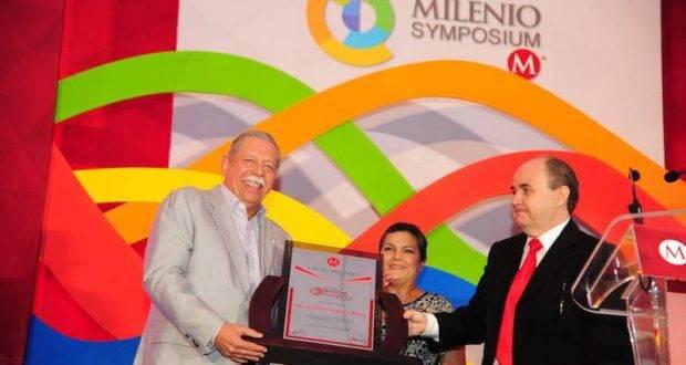 """El Gobernador Egidio Torre recibe un reconocimiento durante el simposio """"Realidad Energética 2016, Nuevos Horizontes""""."""