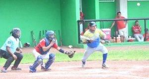 LUIS VAZQUEZ, buscando el toque de bola.