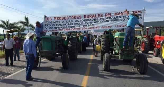 Productores agrícolas durante el bloqueo a la carretera Mante-Valles.