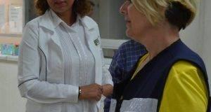 La secretaria de Salud, Lydia Salud presente en la zona afectada.