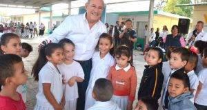 El presidente municipal de Matamoros, Jesús De la Garza atento a las necesidades de las escuelas.
