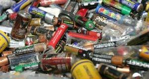 En caso de que una pila caiga en un contenedor de agua, lo contamina por las sustancias químicas.