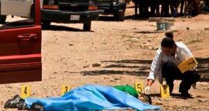 CULIACÁN,SINALOA 27MAYO2014.- Uriel Moreno Castro, de 24 años de edad, fue asesinado de varios disparos de arma de fuego cuando descendio de una camioneta Jeep Cherokee, los hechos ocurrieron en la colonia Adolfo Lopez Mateos, en el lugar se localizaron mas de 20 casquillos de AK-47,  45 milimetros y  9 milimetros, peritos de la procuraduria estatal realizaron las investigaciones correspondientes. FOTO: RASHIDE FRIAS /CUARTOSCURO.COM