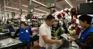 Fotografía de archivo del 18 de noviembre de 2011 en la que un hombre paga en una caja de una tienda de la cadena Wal-Mart en la ciudad de México. (Foto AP)
