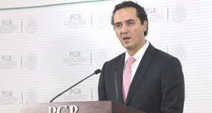 """MEX35. CIUDAD DE M…XICO (M…XICO), 10/01/2017.- El subprocurador JurÌdico y de Asuntos Internacionales de la ProcuradurÌa General de la Rep˙blica (PGR), Alberto ElÌas Beltr·n, participa hoy, martes 10 de enero de 2017, durante una rueda de prensa en Ciudad de MÈxico (MÈxico), donde la ProcuradurÌa General de la Rep˙blica (PGR) entregÛ al Gobierno de Veracruz un monto de 171,6 millones de pesos adem·s de los intereses, como una medida de reparaciÛn por los fondos desviados durante la AdministraciÛn de Javier Duarte. Estos fondos provienen de dos empresas del estado oriental que recibieron de parte de empresas """"fantasma"""", con las cuales operaba presuntamente el Gobierno de Duarte (2010-2016). EFE/Alex Cruz"""