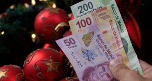 PUEBLA, Pue. 15 Diciembre 2014.-  El 57 por ciento de los mexicanos usa el aguinaldo para compras navideñas, 37 % lo usa para liquidar deudas y sólo el 33 % lo destina al ahorro. //Mary Cortez/Agencia Enfoque//